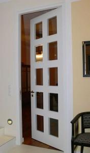 Raumhohe Holztür mit Facettenglas